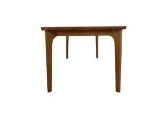 ダイングテーブル横からのアングル