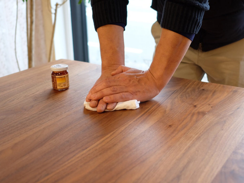 テーブルのメンテナンス風景