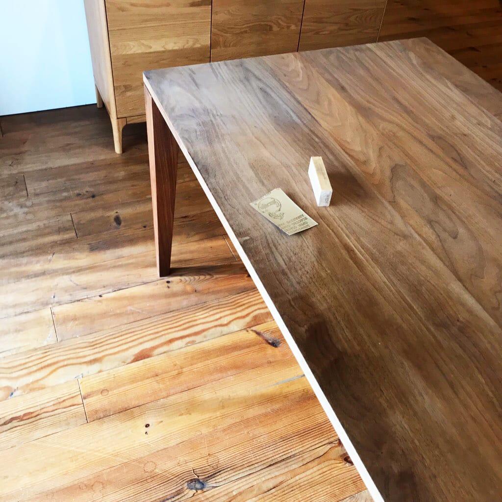 メンテナンス用品とウォールナットのダイニングテーブル
