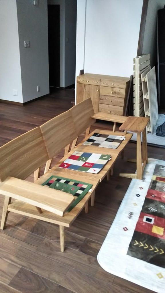 リビングルーム/ナラ材のソファとサイドテーブル、オーク材リビングボード
