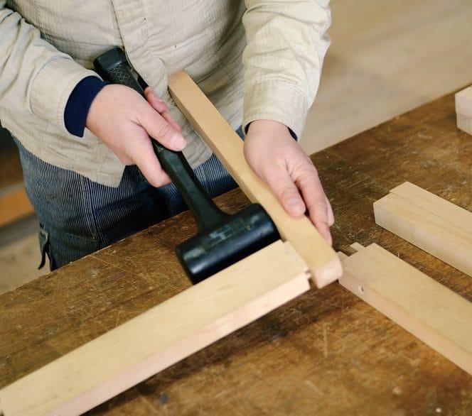家具の修理作業の様子