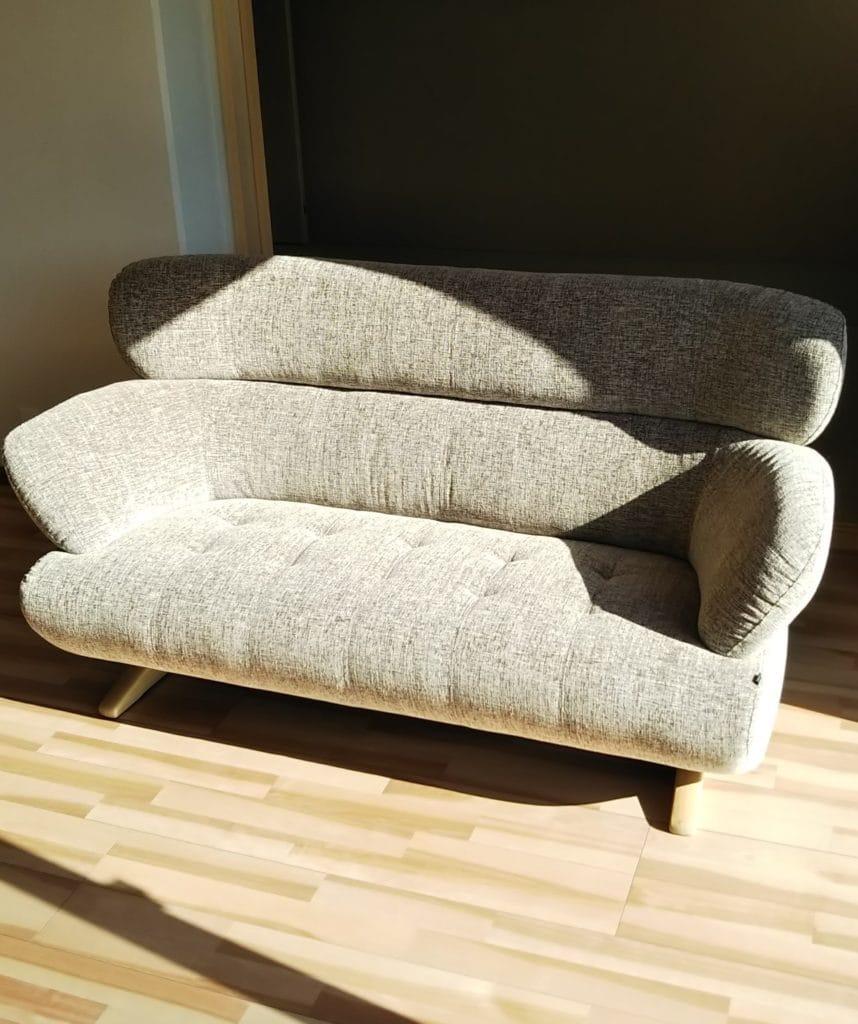 グレーのハイバックソファ