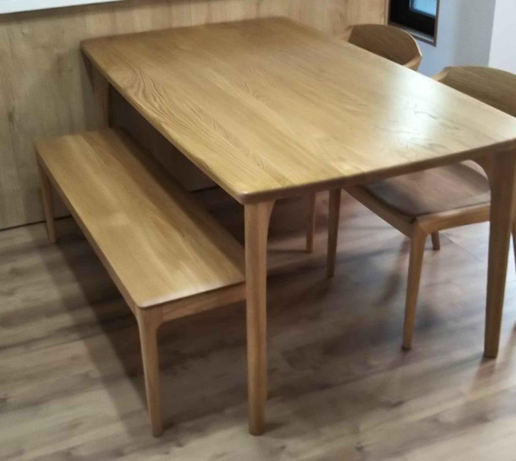 ナラ材ダイングテーブルとホワイトオーク板座椅子とベンチ