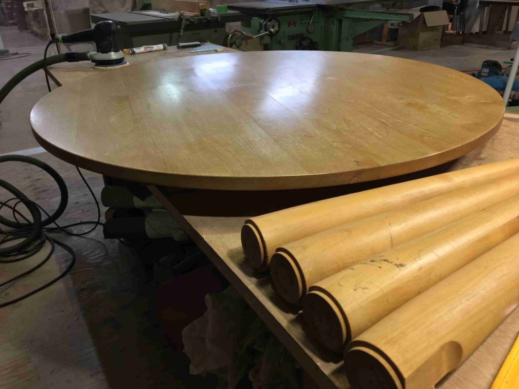 テーブルと奥に研磨サンダー