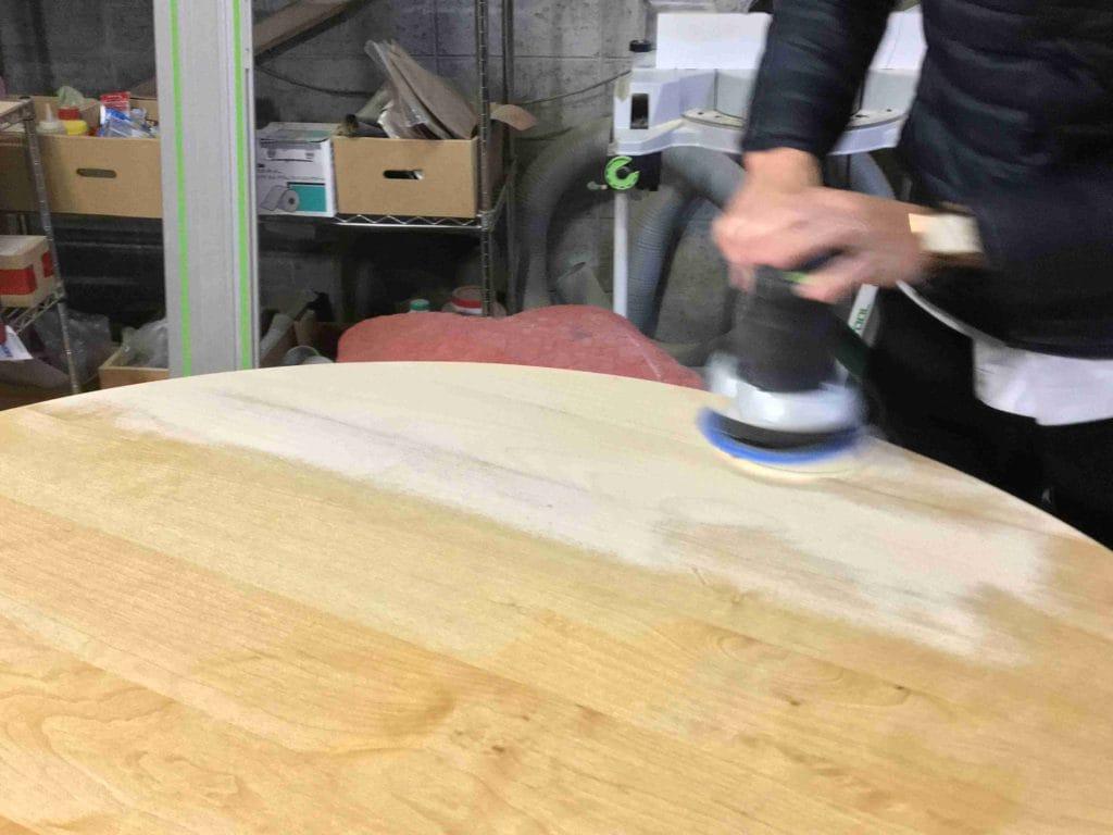 テーブル天板を電動サンダーできれいにしている1