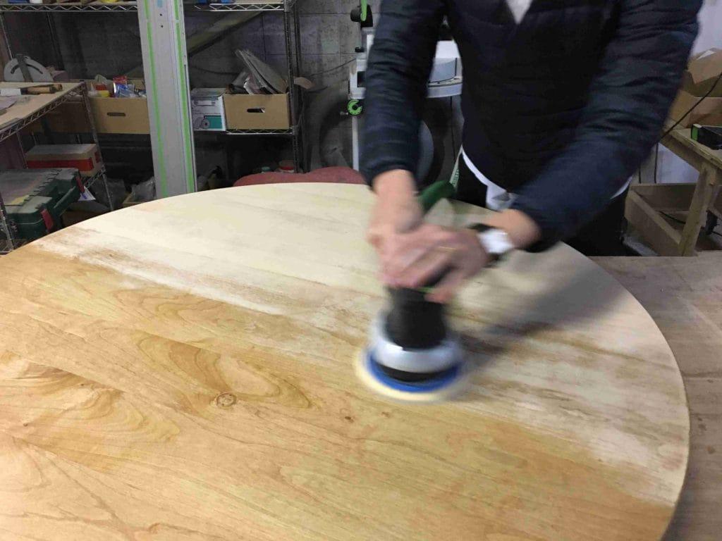 テーブル天板を電動サンダーできれいにしている2